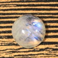 Лунный камень (беломорит) круг вес 12.73 карат, размер 15х14.9мм (moon0067)