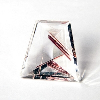 Кварц с включениями трапеция вес 54 карат, размер 29.5х29.9мм (quartzinc0010)
